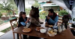 foto famiglia russa con orso
